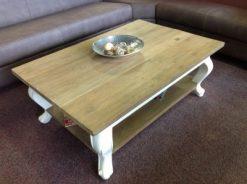 teak salontafel met blank boven- en onderblad en witte chippendale poten