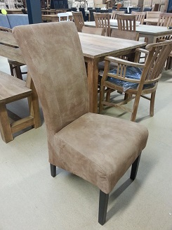 Zandkleurige stoel