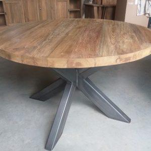 Ruwe houten eettafel