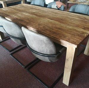 Grof houten eettafel