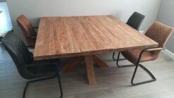 Robuuste vierkante tafel